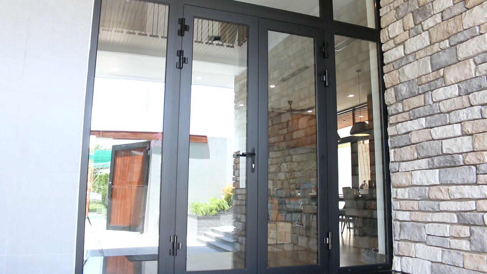 cửa đi hai cánh nhôm CIVRO