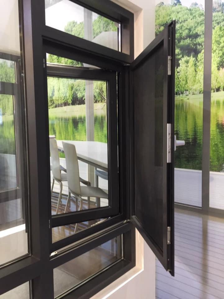 Cửa sổ mở quay kết hợp cửa lưới chống muỗi nhôm Hopo đồng bộ