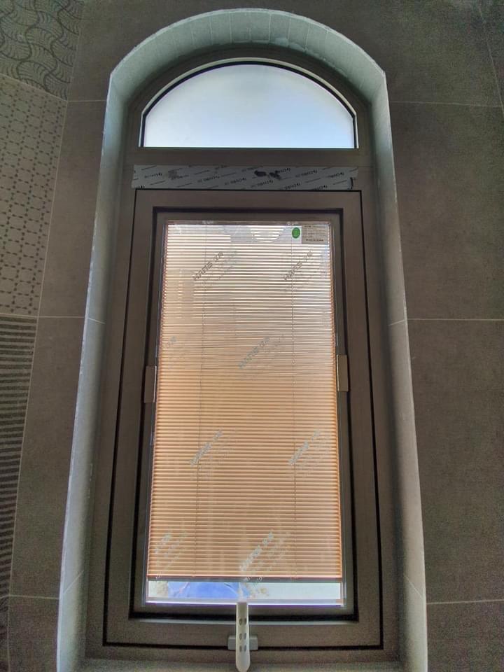 Cửa sổ mở hất 1 cánh sử dụng kính hộp rèm