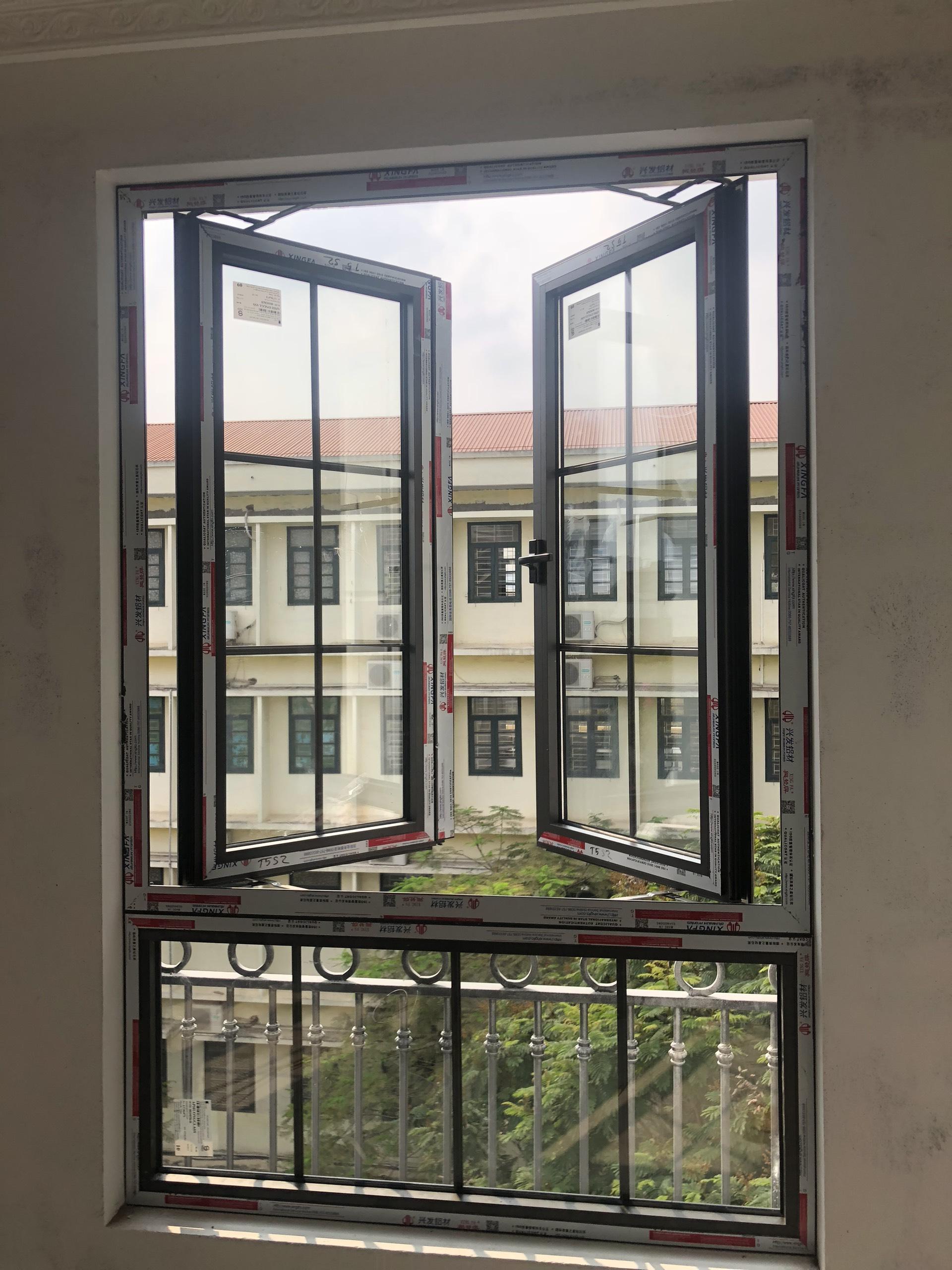 Cửa sổ mở quay nhôm Xingfa nhập khẩu kính hộp, chia nan trang trí