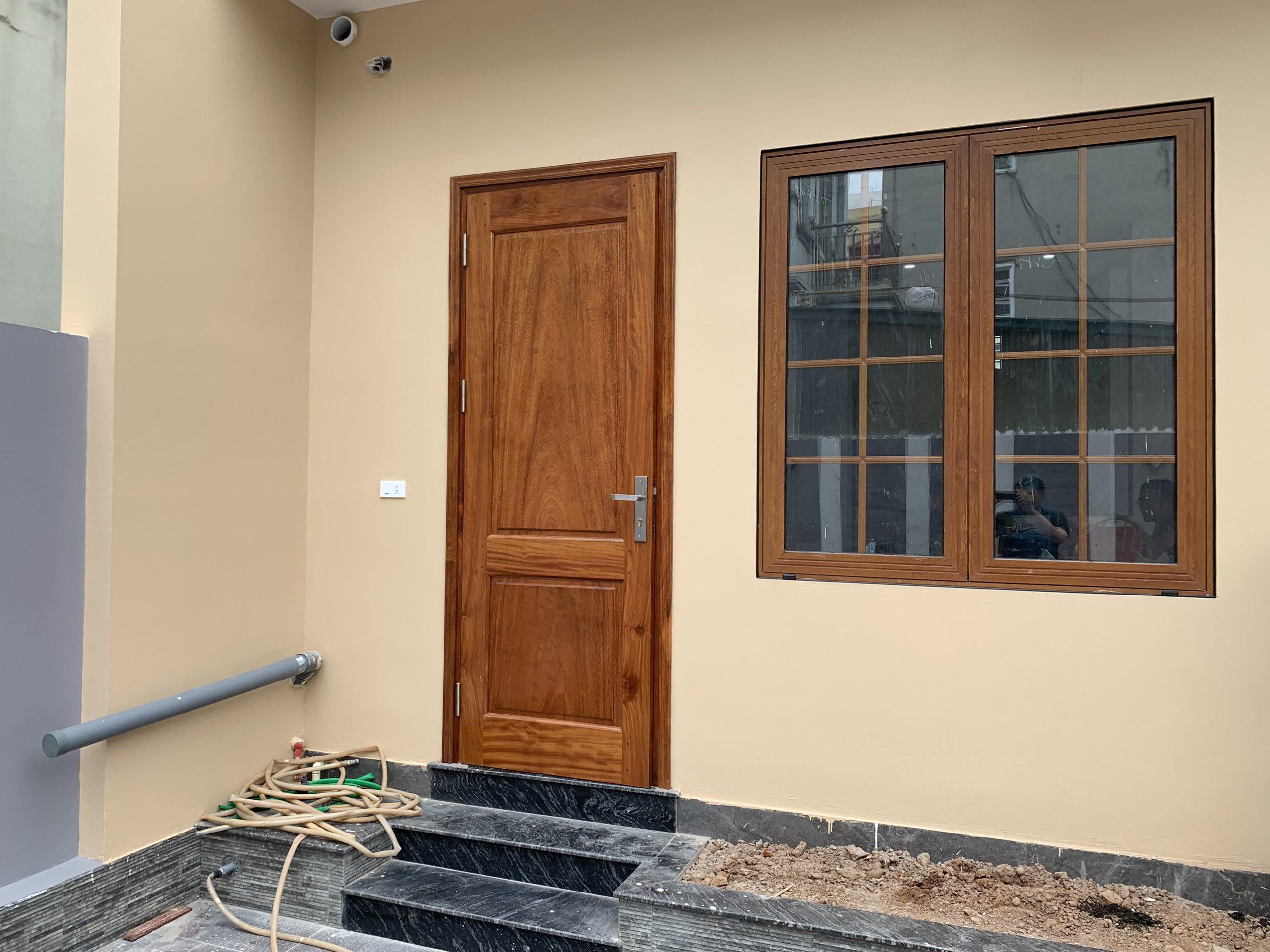 Cửa sổ mở quay nhôm xingfa vân gỗ