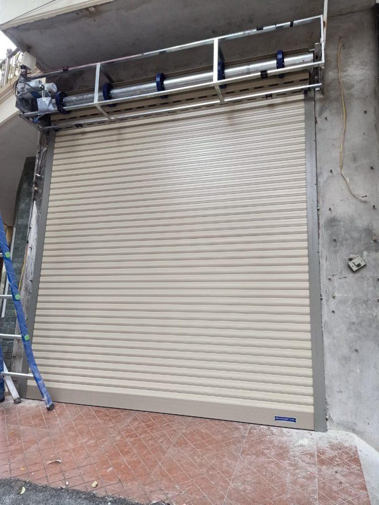 Hình ảnh lắp đặt cửa cuốn Austdoor siêu thoáng C70