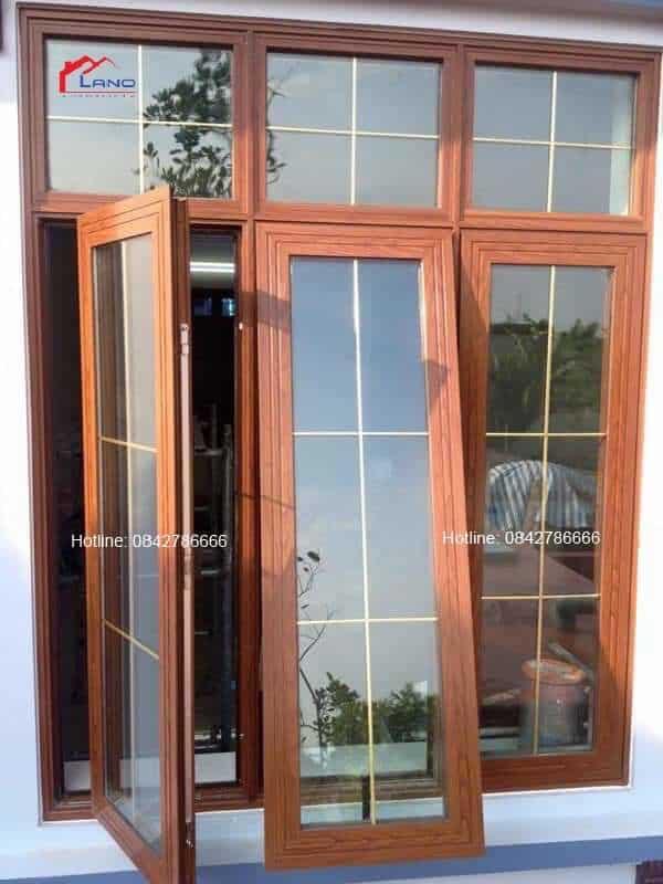 Cửa nhôm xingfa vân gỗ sử dụng kính hộp 2 lớp chia nan trang trí